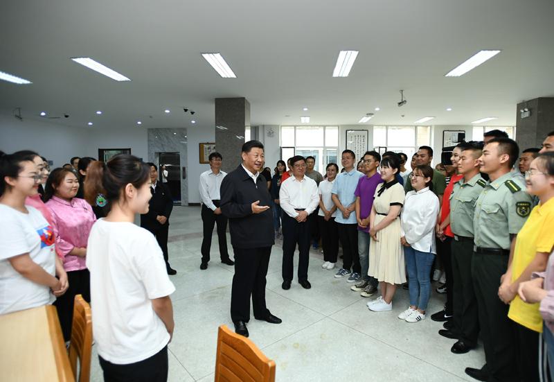 """7月15日至16日,中共中央总书记、国家主席、中央军委主席习近平在内蒙古考察并指导开展""""不忘初心、牢记使命""""主题教育。这是16日上午,习近平在内蒙古大学图书馆同学生们亲切交谈,勉励他们志存高远、脚踏实地、发奋图强。"""